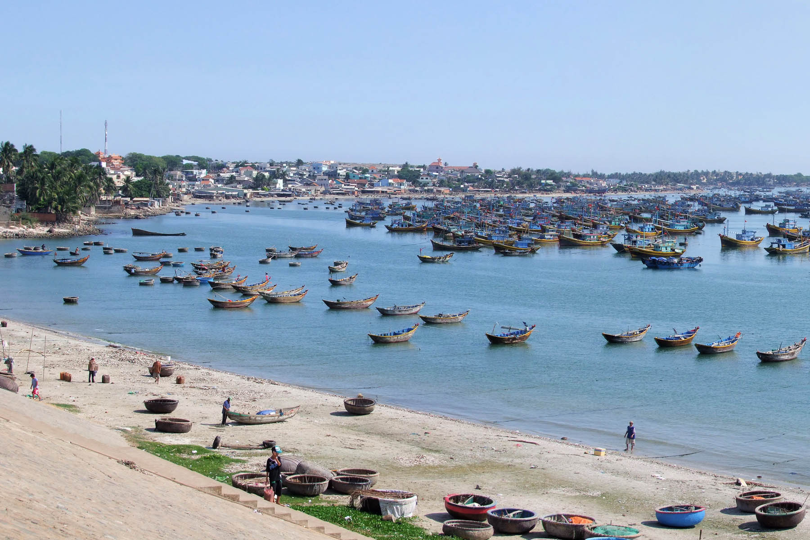 vue generale bateaux port mui ne vietnam
