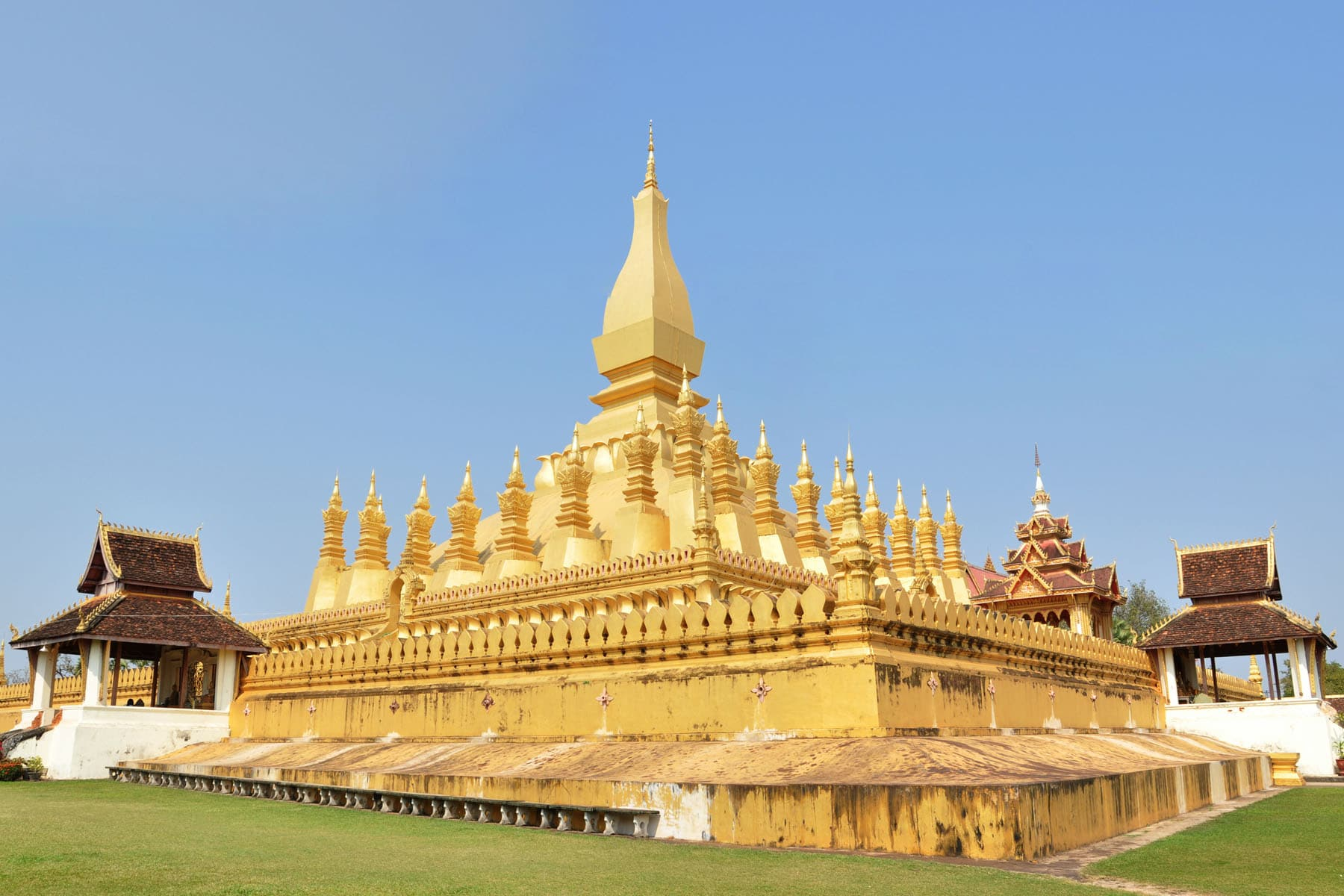 chedi that luang vientiane