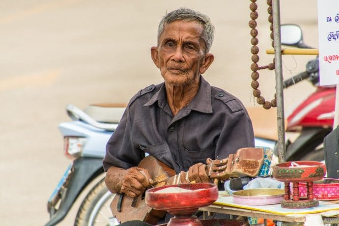 monsieur joue guitare lampang nord thailande