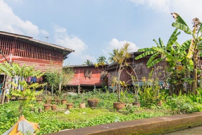 habitations autour du marché flottant damnoen saduak