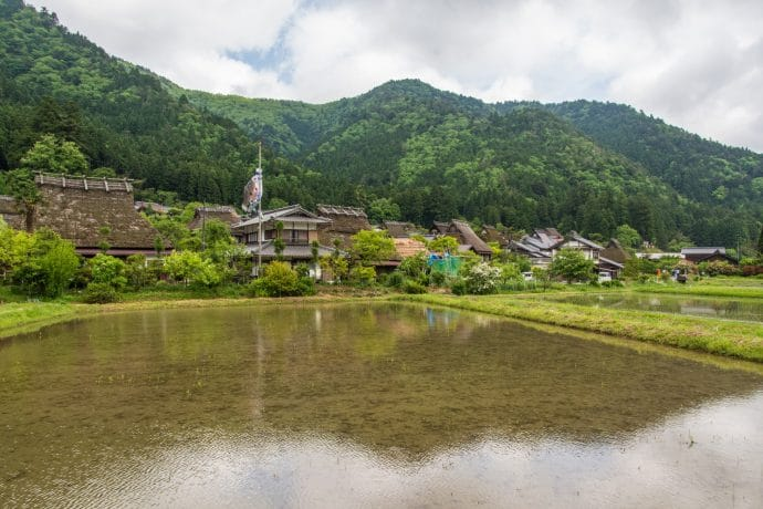 reflets rizieres village village kayabuki-no-sato - japon