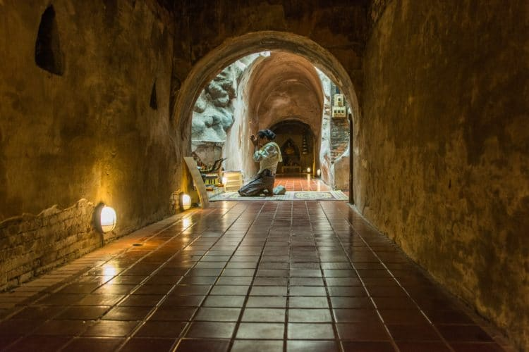 priere dans tunnel wat umong - chiang mai