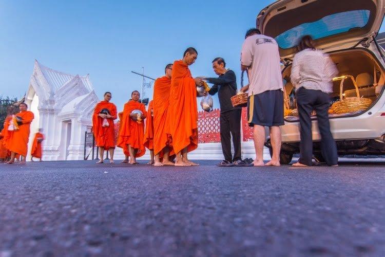 aumone moine matin thailande