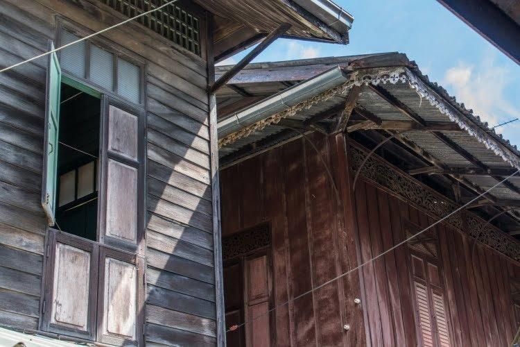 detail facades maisons bois chanthaboon waterfront community - chanthaburi - thailande